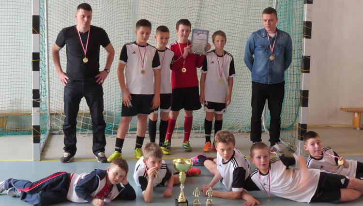 Zwycięska drużyna i trenerzy